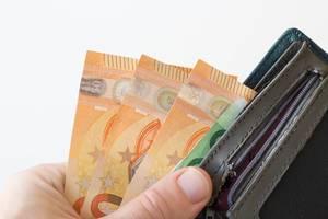 Geld aus einer Brieftasche herausnehmen