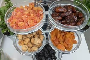 Geleewürfel und getrocknete Feigen, Aprikosen und Datteln