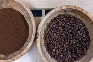 Gemahlener Bio Kaffee und Kaffeebohnen in Holzschalen  - Aufsicht