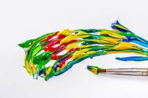 Gemischte, verschiedene Acryl Farben auf weißem Papier mit einem Pinsel