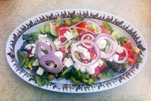 Gemischter Griechischer Salat mit Paprika, Schafskäse, Oliven, Tomaten, Gurken und Zwiebeln