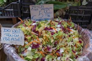 Gemischter Salat auf dem Markt in Rom, Italien