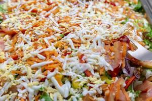 Gemischter Salat mit geriebenen Karotten und Ei