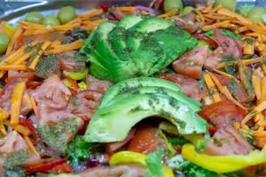 Gemischter Salat mit Tomaten, bunter Paprika und Avocado