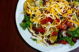 Gemischter Salat mit Tomaten, Karotten, Bohnen und Sellerie auf grünem Blattsalat