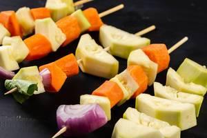 Gemüse auf den BBQ-Stöcken bereit zum Braten
