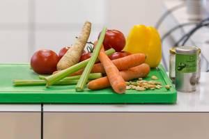 Gemüse auf grünem Schneidebrett und Gewürze