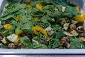 Gemüse-Feldsalat mit gelben Paprika, Zucchini und Pilzen, in einer großen Schüssel am Büfett