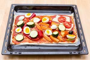 Gemüse-Pizza mit Süßkartoffeln, Eiern und Zucchini