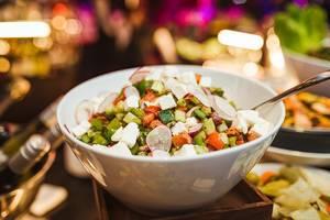 Gemüse Salat mit Feta Radieschen und Gurke
