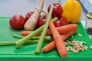 Gemüse und Cashewnüsse auf einem Schneidebrett