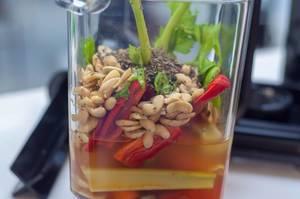 Gemüse und Cashewnüsse im Mixer