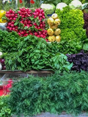Gemüse und frische Kräuter auf dem Danilovsky Market in Moskau
