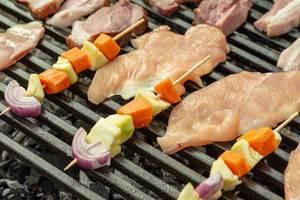 Gemüse und Hühnerfleisch auf BBQ