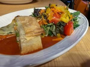 Gemüselasagne mit Tomaten, Paprika, Karotten und grünem Salat in Tomatensoße