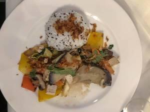 Gemüsemix mit Paprika, Pilzen und Kräutern mit Reis und Röstzwiebeln