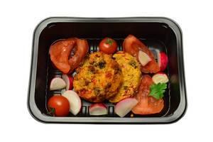 Gemüsepfannkuchen mit Tomaten, Cherrytomaten und Radieschen