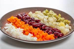 Gemüseplatte mit Zwiebeln, Karotten, Bohnen und Kartoffeln