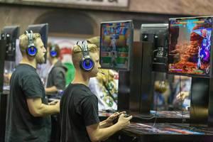 Generationsübergreifendes Spieleerlebnis: Messebesucher testen Neuvorstellungen auf der Gamescom in Köln aus