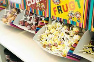 Geöffnete Lollipop-Spender aus Karton mit Lutschern in verschiedenen Geschmacksrichtungen