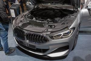 Geöffnete Motorhaube des Luxussportwagen von BMW: M850i xDrive