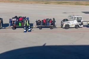 Gepäckfahrzeuge auf einem Flughafen