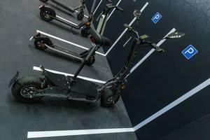Geparkte e.Gear E-Scooter EG90: Elektromobilität mit Allradantrieb und Dual Hub Motoren