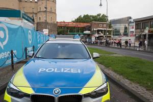 Geparktes Polizeiauto am Rudolfplatz Köln