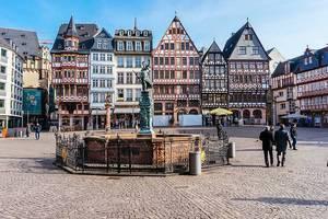 Gerechtigkeitsbrunnen in einer deutschen Großstadt mit klassischen, geschichtsträchtigen Altbauhäusern