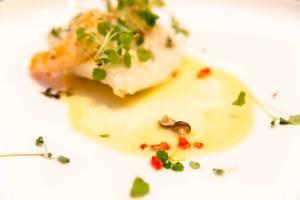 Gericht Erde und Ozean bei Chino Latino: Steinbutt, Garnelen, Edamame Nage, Zitronen Thymian, Shimeji Pilze