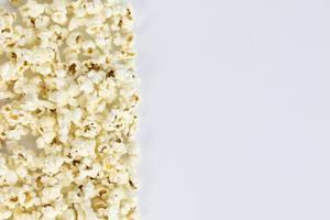 Gesalzene Popcorn vor weißem Hintergrund