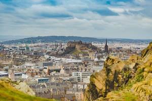 """Gesamtansicht von Edinburgh mit dem Schloss """"Edinburgh Castle"""" mit Holyrood Park und Berg Arthur`s Seat in Schottland"""
