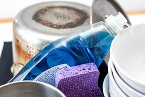 Geschirr und blaues Spülmittel