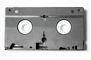 Geschlossene Videokassette vor weißem Hintergrund Draufsicht