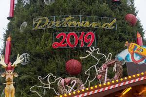 Geschmückter XXL-Weihnachtsbaum in Dortmund 2019, mit Rentieren, riesigen Weihnachtskugeln und Rentier-Figuren