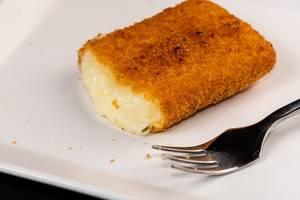 Geschnittener Fried Cheese auf der weißen Platte