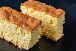 Geschnittener gelber selbst gemachter Keks auf dunklem Hintergrund