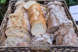 Geschnittenes Baguette in weiß und vollkorn in einem Korb an einem Buffet