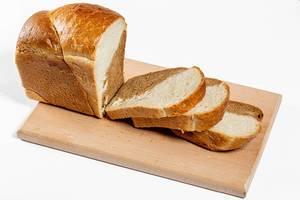 Geschnittenes Brot auf einem Schneidebrett mit weißem Hintergrund