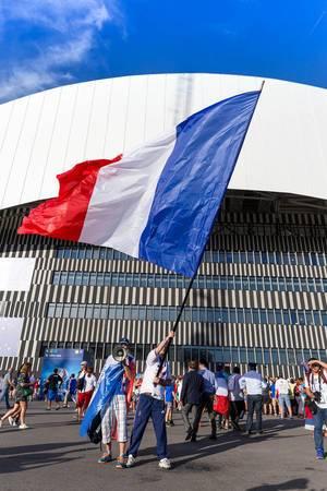 Geschwenkte französische Flagge im Stadion Marseille