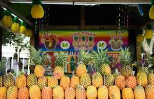 Gestapelte Ananas-Früchte an einer Bar