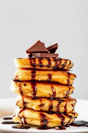 Gestapelte Pfannkuchen mit Schokolade und Schokosauce