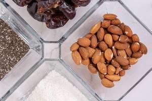 Gesund und einfach: Energiekugeln mit Mandeln, Kokos, Datteln und Chia vorbereiten