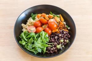 Gesund und lecker: Süßkartoffeln, Cherry-Tomaten, Rukola und rote Bohnen
