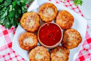 Gesunde, knusprig gebackene Fischschnitzel mit hausgemachter roter Soße und Kräutern
