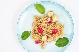 Gesunde Mahlzeit mit Pasta, Gemüse und Thunfisch