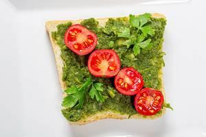 Gesunde vegetarische Ernährung: Sandwich mit grünen Kräutern und Tomaten Top-view