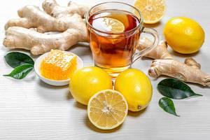 Gesunder, natürlicher Grüntee mit Ingwerwurzel, Honig und Zitrone