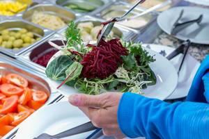 Gesunder Salat mit Spinat, Rukola und Rote Beete