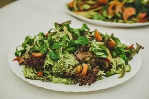 Gesunder Salatteller mit Feldsalat, Tomate und Gemüse